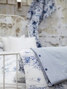 Blue and white, toile de jouy Tela Shabby Chic, Decoration Shabby, Linens And Lace, White Linens, White Sheets, White Cottage, Cozy Cottage, Cottage Living, Farm Cottage