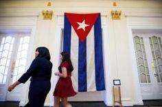 La bandera de Cuba ya ondea en su embajada en Washington | Cuba | EL MUNDO