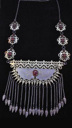 Central Asia | Tekke silver, silver gilt and carnelian necklace | 19th century | POR