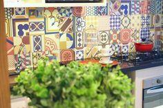 Ficou mais prazeroso cozinhar com os novos ladrilhos desta cozinha (Foto: Camila Klein)