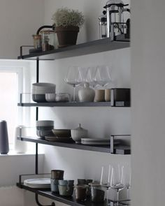 @dianatiiberghnielsen har indrettet sit køkken med åbne hylder, i form af denne elegante reol fra @gubiofficial  #regram #reol #bobedre