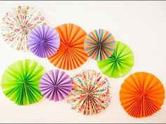 Decoración para cumpleaños: Cómo hacer rosetones de papel para decorar fiestas - YouTube