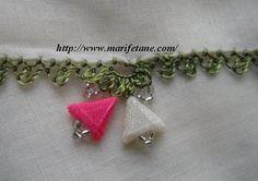 üçgen kurdela muskalı iğne oyası Beaded Embroidery, Embroidery Stitches, Point Lace, Needle Lace, Needlework, Elsa, Brooch, Beads, Knitting