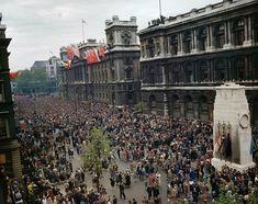 Même près de 70 ans après, la Seconde guerre mondiale fascine toujours, probablement parce que c'était la dernière en date d'une telle ampleur. Et quand les photographies sont restaurées en couleur, c'est encore plus fascinant. Il y a un...