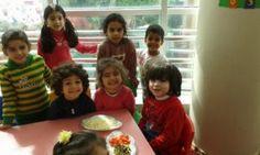 أبناؤنا الأعزاء في رياض الأطفال يستمتعون بيومهم بالاحتفال ب (يوم البيتزا ) برفقة مدرستهم