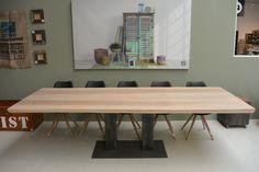 Boomstamtafel met stalen onderstel, elke maat mogelijk. Door dit onderstel biedt deze tafel zeer veel zitplaatsen.