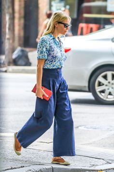 Bensimon Shoes, Sienna Miller Style, Cropped Wide Leg Trousers, Bohemian Schick, Best Casual Outfits, Blue Outfits, Celebrity Look, Fashion 2020, Tokyo Fashion