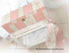 Da una banale scatola porta-bottiglia                 Visto che c'ero ci ho abbinato un sacchetto di stoffa :)       Ad una bellissima sca...