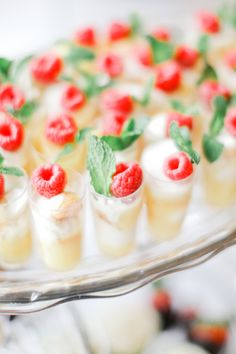 The Hottest Wedding Trend: 30 Delicious Mini Desserts - Buffet Ideen Party Desserts, Mini Desserts, Dessert Recipes, Delicious Desserts, Cheesecake Desserts, Dessert Bars, Dessert Table, Dessert Shooters, Wedding Sweets