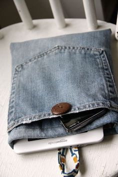36 ideas para reciclar jeans o ropa vaquera Diy Jeans, Jean Crafts, Denim Crafts, Do It Yourself Jeans, Diy Deco Rangement, Fabric Crafts, Sewing Crafts, Artisanats Denim, Jean Diy