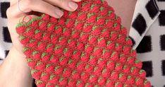 Opi virkkaamaan hauskaa mansikkapintaa, jota voit käyttää kesäpipoissa, kasseissa ja pussukoissa, tai tehdä vaikka tyynyn. Wool Socks, Strawberry, Crochet Patterns, Opi, Crochet Bags, Handmade, Color, Gloves, Crochet Purses