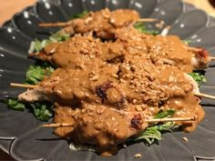 Ikväll har vi ätit något otroligt gott, Kycklingspett med jordnötssås. Som smakar exakt som de som ofta serveras som förrätt på thai/kina resturanger fast detta liiite godare ! Väldigt enkelt också att laga, jag fick inspon från LCHF för alla i familjen men valde att göra en annan sås då den i rece