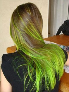 Dye your hair to fluo green hair color - temporarily use crazy green hair dye to achieve brilliant results! DIY your hair neon green with green hair chalk Red Ombre Hair, Blonde Hair, Brunette Hair, Dark Hair, Green Hair Streaks, Blonde Dye, Dark Blonde, Purple Hair, Pink Purple