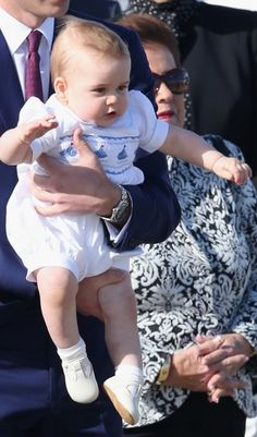 Ahoi! Im dezenten Marine-Look (weißer Romper mit Schiff-Motiven von Les Petites Abeilles) begrüßt der kleine Prinz George seine Fans in Australien.