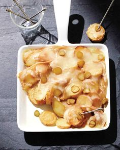 Raclette With Potato Rounds This cheesy appetizer relies on just a few ingredients and can be put together in a snap. Pizza Raclette, Raclette Recipes, Raclette Party, Raclette Cheese, Cheese Appetizers, Appetizer Recipes, Cooking Recipes, Raclette Ideas