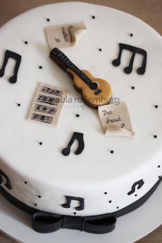 Bolo notas musicais e violão