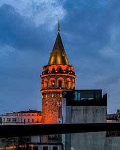 Tipp Ausblick auf den Galataturm von der Snog Roof Bar. Von der Terrasse der Snog Roof Bar hat man einen wundervollen Blick auf den Galatatrum. Speziell abends wenn die Stadt und der Turm beleuchtet sind ist der Ausblick echt traumhaft schön. Mit diesem Foto beenden wir unsere virtuelle Reise durch Istanbul. Istanbul Sehenswürdigkeiten Highlights und Tipps für einen Tag am Blog. Auf unserem YouTube Kanal gibts auch ein Video. Folgt uns fur weitere Eindrucke unserer Reisen auf… Youtube Kanal, Empire State Building, Gin, Big Ben, Istanbul, Highlights, Blog, Travel, Instagram