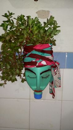 DIY Face Shaped Painted Plastic Bottle Planters - Unique Balcony & Garden Decoration and Easy DIY Ideas manualidades con cd Plastic Bottle Planter, Plastic Jugs, Reuse Plastic Bottles, Plastic Bottle Crafts, Plants In Bottles, Hanging Plants, Plants Indoor, Air Plants, Recycled Crafts