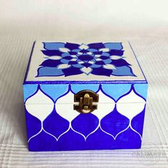 Caja de madera pintada a mano Painted Barn Quilts, Arte Country, Box Design, Wooden Boxes, Decorative Boxes, Christmas Gifts, Crafty, Etsy, Drawings