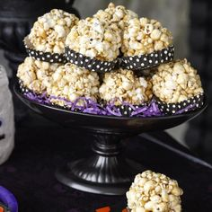 These are very easy popcorn balls to make. The marshmallows make them similar to crispy rice cereal bars that are so popular. Made with marshmallows, these are sweet, crispy, and chewy. Caramel Popcorn Balls Recipe, Flavored Popcorn, Popcorn Recipes, Candy Recipes, Carmel Popcorn, Marshmallow Popcorn, Christmas Recipes, Cheesecake In A Jar, Caramel Corn