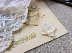 英国ヴィクトリア時代(1837年-1901年)に作られたマザーオブパール(白蝶貝)のボタンです。繊細な凝ったカッティングで、4枚の花びらを持つお花のような形に...|ハンドメイド、手作り、手仕事品の通販・販売・購入ならCreema。