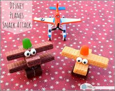 Make Disney Plane inspired airplane snack cookies. Airplane Snacks, Airplane Party, Kids Party Treats, Snacks Für Party, Edible Crafts, Food Crafts, Cute Snacks, Cute Food, Planes Party