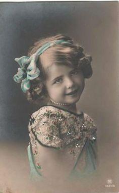 Vintage Postcard ~ Lovely Little Girl Vintage Children Photos, Images Vintage, Vintage Girls, Vintage Pictures, Old Pictures, Old Photos, Album Vintage, Vintage Postcards, Antique Photos