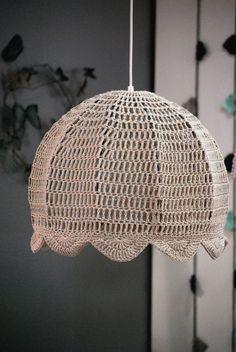 lámpara de el círculo de las vitaminas tejida al crochet Crochet Lampshade, Lampshade Chandelier, Crochet Home, Lamp Shades, Lana, Macrame, Needlework, Free Pattern, Diy And Crafts