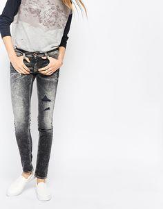 Jeans von Gsus Sindustries fester Stretchdenim Acid-Waschung Reißverschluss Falteneffekte am Oberschenkel verblichenes Design am Bein mit Abnutzungen Fünf-Taschen-Stil enge Passform Maschinenwäsche 94% Baumwolle, 5% Elastomultiester, 1% Elastan Model trägt UK-Größe 8/EU-Größe 36/US-Größe 4 und ist 179 cm/5 Fuß 10,5 Zoll groß