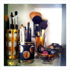 an interesting way to organize makeup brushes