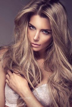 Gorgeous dirty blonde hair color + nude makeup.