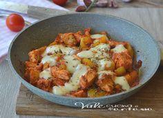 Pollo e peperoni in padella con pomodoro e provola