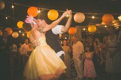 Casamento ao ar livre temático vintage rock and roll. Sítio. Lanterna. Amarelo. Laranja. Rústico, Moda, Retrô, Luzes. Chapéu, casquete. Vestido noiva diferente. Música, dança.