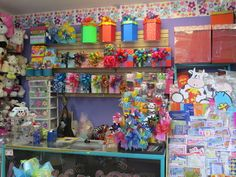 TRASPASO TIENDAS DE REGALOS - Guadalajara - Productos - produtos Trade Show Booth Design, Candy Store, Gift Baskets, Ideas Para, Balloons, Diy Crafts, Display, Boutique, Gifts