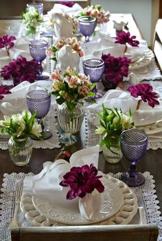 Decorating home ideas en 2019 table élégante, deco table et dressage de tab Table Arrangements, Floral Arrangements, Table Violet, Beautiful Table Settings, Vintage Table Settings, Decoration Table, Place Settings, Wedding Table, Tablescapes