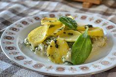 Vyskúšaj recept na francúzske zemiaky netradične, no zdravo. V kombinácii so špenátom a šampiňónmi si na nich pochutia aj vegetariáni. Healthy Recipes, Healthy Food, Pickles, Cucumber, Fit, Health Recipes, Health Foods, Healthy Nutrition, Healthy Foods