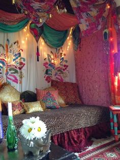 Gypsy Chic Style Gypsy decor with great bohemian vibe. This is the kind of look I'd love to have in my house.♣Gypsy decor with great bohemian vibe. This is the kind of look I'd love to have in my house. Gypsy Room, Bohemian Room, Bohemian Style Bedrooms, Bohemian Interior, Bohemian Living, Gypsy Bed, Gypsy Living, Interior Design Minimalist, My New Room