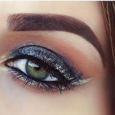 Maquiagem feita pela @gigibloom usando o Liquid Crystal Liner Gold e sobrancelhas corrigidas com o Eyebrow Cake Powder