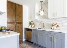 Choosing New Kitchen Cabinets - Easy DIY Guide Read More About Beautiful Kitchen Cabinets Do It Yourself New Kitchen Cabinets, Built In Cabinets, Painting Kitchen Cabinets, Kitchen Flooring, Kitchen And Bath, Kitchen Decor, Modern Kitchen White Cabinets, Kitchen 2016, Studio Kitchen