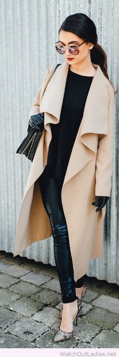 Elegant outfit idea for the office with lightweight beige trench coat
