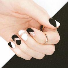 Un mani 'black & white' es perfecto para cualquier look, ¡nos encanta!  #CosmoMx #nails #CosmoFashion #trendy #fashion #instacute #fashiongirl #cute #design #style #instagood