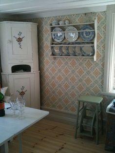 Dellen - gammelsvenska Swedish Cottage, Swedish Decor, Swedish Wallpaper, Foyer Wallpaper, Sweden House, Red Houses, Old Room, My Ideal Home, Country Interior