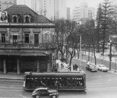 Rádio América em 1954  A antiga sede da rádio era localizada na Rua da Consolação esquina com a Avenida São Luiz. Na ponta direita da fotografia é possível ver uma ponta da biblioteca da Mário de Andrade.