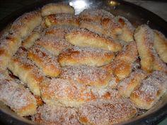 Ingredientes: Massa: , 1 kg de farinha de trigo , 500 ml de leite morno , 2 ovos , 2 colheres (sopa) bem cheias de manteiga , 7 colheres (sopa) de açúcar , 1 colher (chá) de sal , 10 g (1 saquinho) de fermento biológico seco , Recheio: , 1/2 kg de mussarela (cortada em palitos) , 1/2 kg de goiabada (cortada em palitos) , Calda: , 2 xícaras de açúcar , 3 xícaras de leite , 1 xícara de água , Cobertura: , 200 g de coco ralado ,