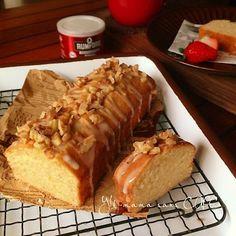 本日のおもてなしスイーツ♪です*\(^o^)/* めちゃくちゃしっとりで メープルの甘い香りがたまらない パウンドケーキです(o^^o) ローストしたクルミクランチと メープルのアイシングが さらに 美味しさを引き立てます♡ 簡単だけど おもてなしにもできるケーキです。 *メープルパウンドケーキ* 無塩バター(常温で置いた物)・・・100g 上白糖or三温糖・・・・・・・・・50g メープルシロップ・・・・・・・・20g 玉子・・・・・・・・・・120g(2コ) ベーキングパウダー・・・・・・・2g 薄力粉・・・・・・・・・・・・・90g 〜メープルアイシング〜 (分量は下にあります。) 粉砂糖 メープルシロップ お湯 クルミ適量 (トースターで軽く焼いて、カットした物) ー下準備ー ★ベーキングパウダーと 薄力粉は合わせてふるいます。 ★卵は溶いておきます。 ★オーブンは160度に予熱します。 ★パウンドケーキ型の底に オーブンシートを敷きます。 ①ボウルにバターを入れて 泡立て器で空気を含ませるように混ぜます。 ②砂糖、メープルシロップを加え、出...