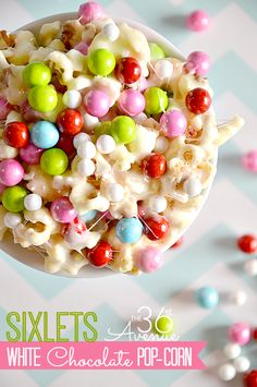White Chocolate PopCorn Recipe at the36thavenue.com. Festive, delicious and adorable treat! #recipes