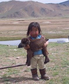 Incredibly cute, funny and adorable pictures showing animals from around the world with their baby human owners. or do they own the baby humans? So Cute Baby, Baby Kind, Cute Kids, Cute Babies, Precious Children, Beautiful Children, Beautiful Babies, Beautiful People, Cute Children