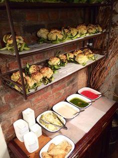 Miznon / Pitta farcies : alléchant kebab d'agneau, steak minute avec ou sans œufs, bœuf bourguignon, ratatouille aux carottes confites, boulettes de merlan breton, thon frais mariné, banane-chocolat, pommes Tatin LES PLUS : Ouvert le dimanche, Ouvert le lundi, Take-away, Faim de nuit (de 12h à 00h non stop) PRIX : Moins de 15 €€