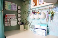 So many great ideas for organizing your work space at school :)