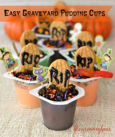Easy Graveyard Pudding Cups recipe - this would be a perfect dessert idea for a Halloween party this year if you need some more creative desserts to display! Such a cute and creative Halloween food recipe! Halloween Movie Night, Halloween Graveyard, Holidays Halloween, Easy Halloween, Halloween Treats, Halloween Party, Halloween Foods, Halloween Projects, Halloween Stuff